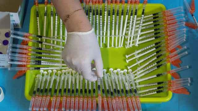 Una enfermera del Servicio Murciano de Salud prepara jeringuillas con dosis de la vacuna contra el Covid-19.