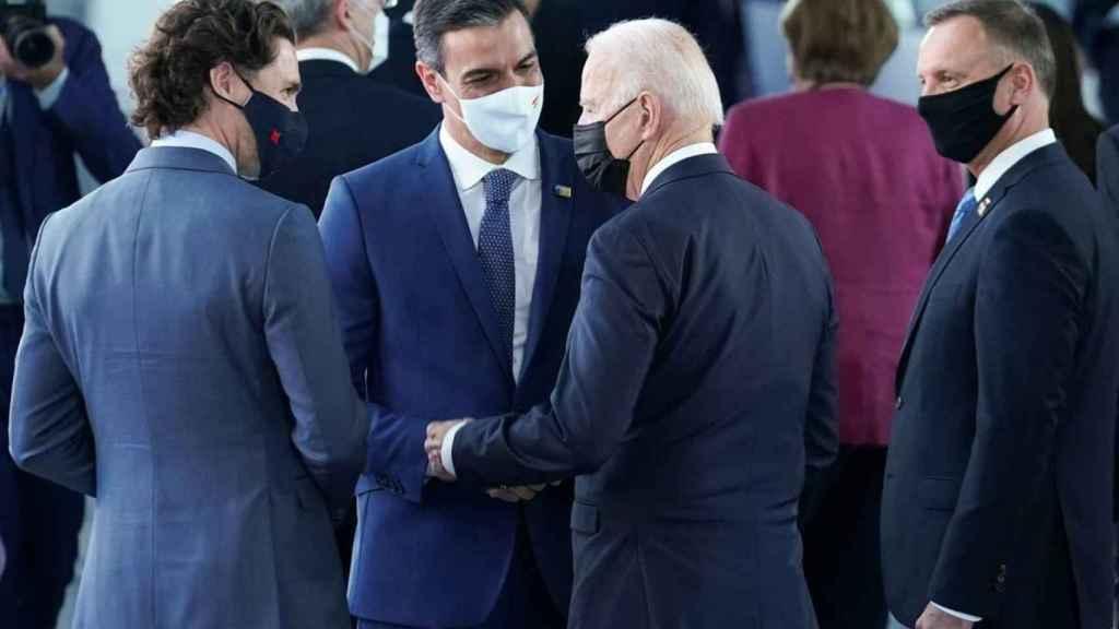 Justin Trudeau (Canadá) conversa con Pedro Sánchez y Joe Biden (EEUU) en los márgenes de la cumbre de la OTAN de Bruselas.