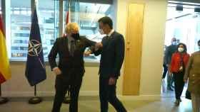 Boris Johnson y Pedro Sánchez se saludan durante la cumbre de la OTAN en Bruselas