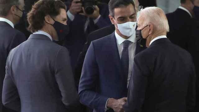 Joe Biden, hablando con Pedro Sánchez y Justin Trudeau.