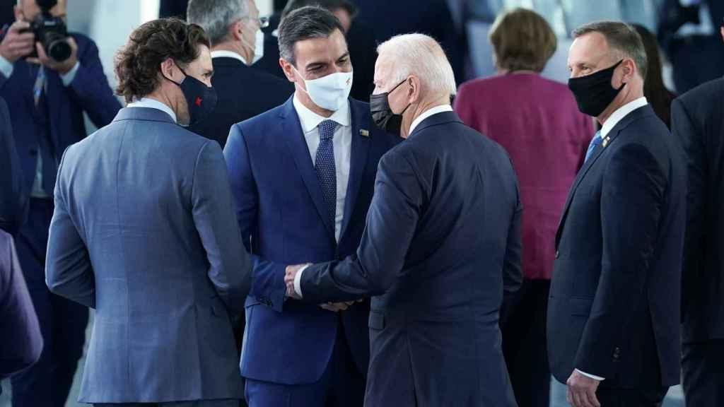El primer saludo entre Sánchez y Biden en la cumbre de la OTAN en Bruselas
