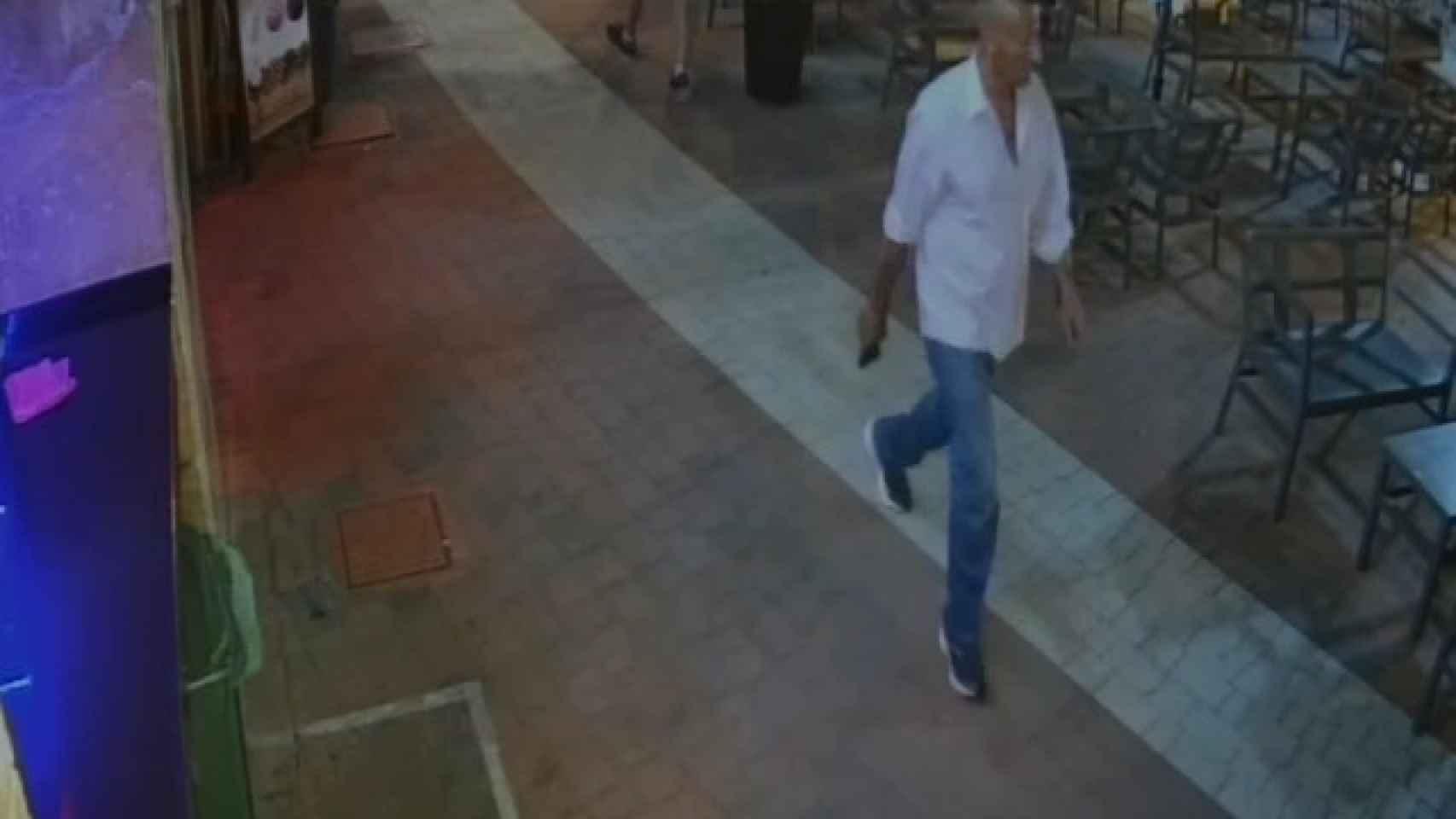 El supuesto autor de los disparos que le han costado la vida a Younes, en Mazarrón, se dirige a la víctima con la pistola.