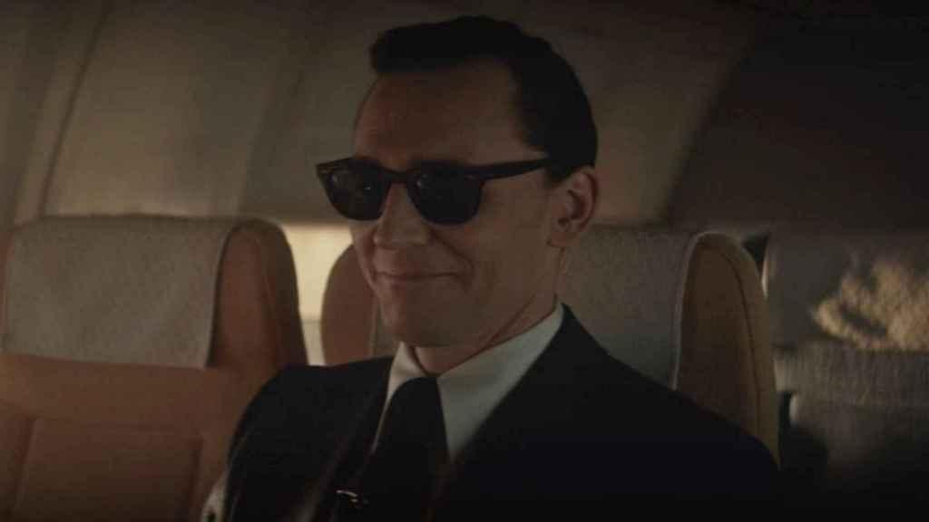 Loki como D.B. Cooper en el primer episodio de la serie.