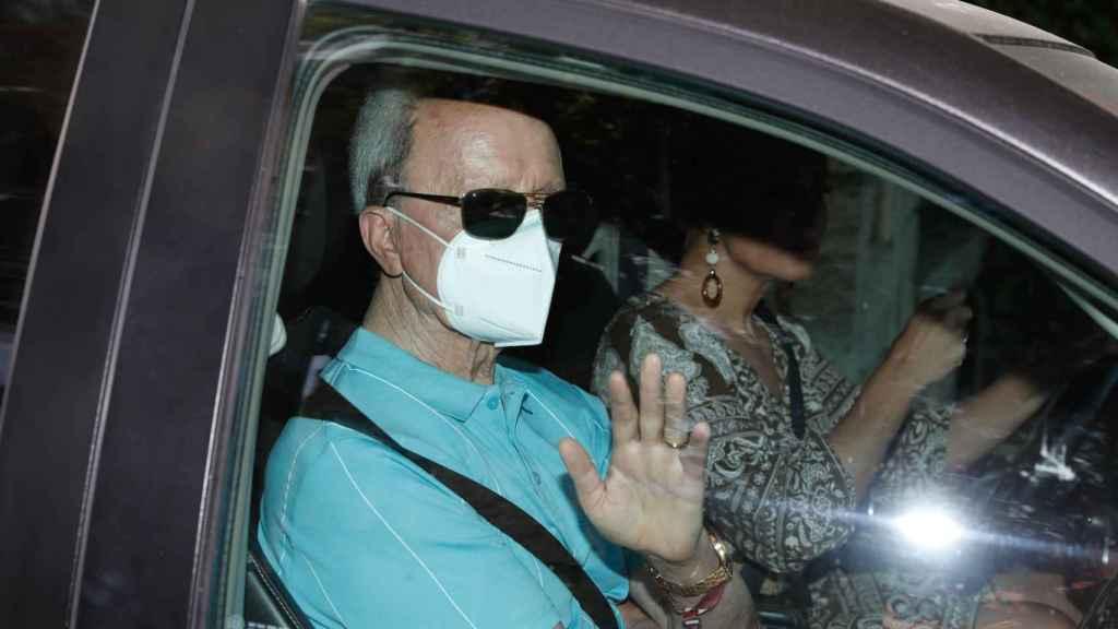 El diestro ha llegado acompañado de su mujer, en un coche conducido por ella misma.