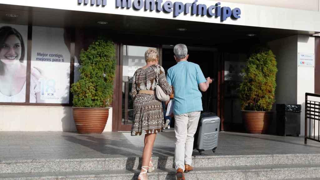 La pareja, a la entrada de la clínica Montepríncipe