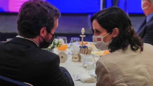 Pablo Casado e Isabel Díaz Ayuso en el desayuno informativo.