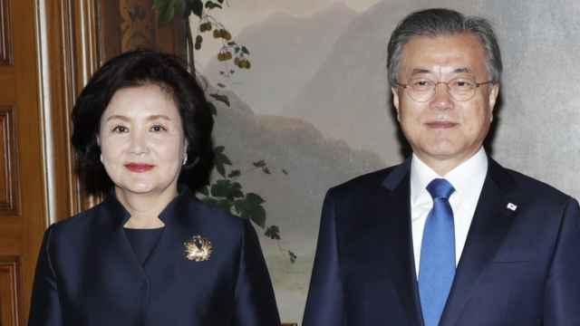 El presidente de Corea del Sur, Moon Jae-in junto a su esposa, Kim Jung-sook.