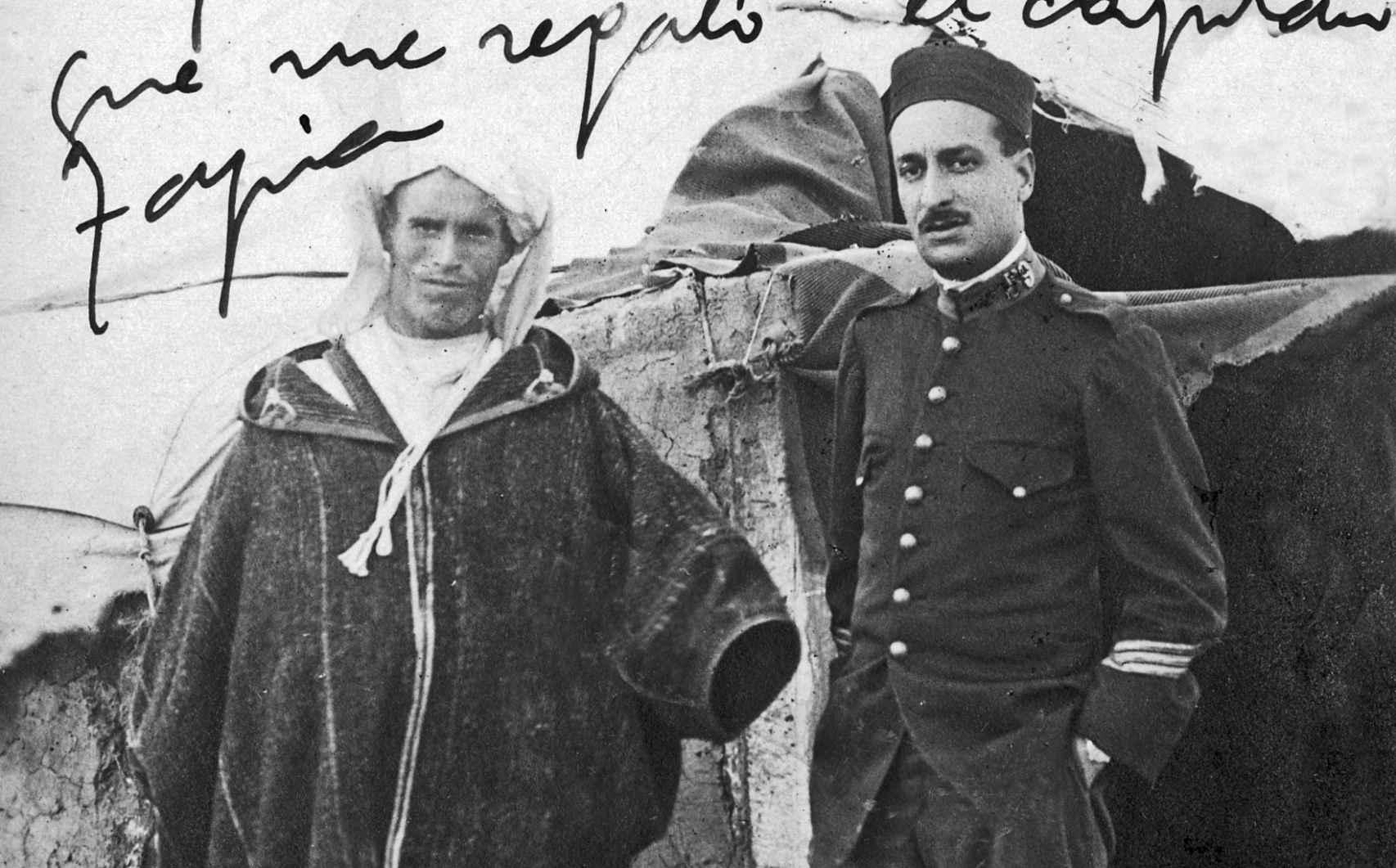 El sargento Basallo, a la entrada de su tienda en Kandussi, con un rifeño.