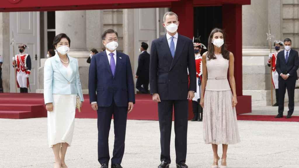 Los reyes de España junto al presidente de Corea del Sur, Moon Jae-in, y su esposa Kim Jung-sook a su llegada a España este martes.