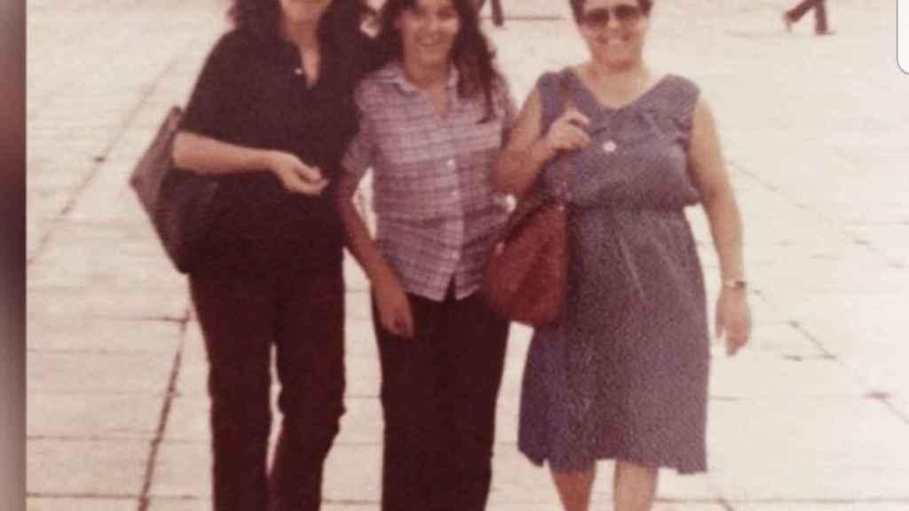 María José, a la izquierda, junto a su hermana y a su madre.