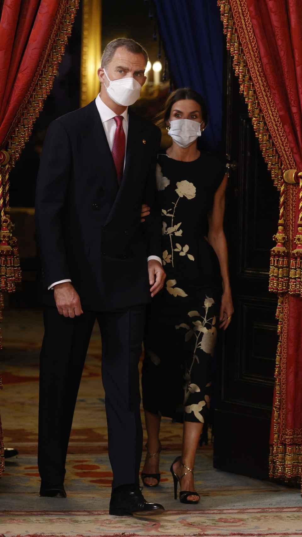 Los Reyes llegando al salón donde han recibido a los invitados.