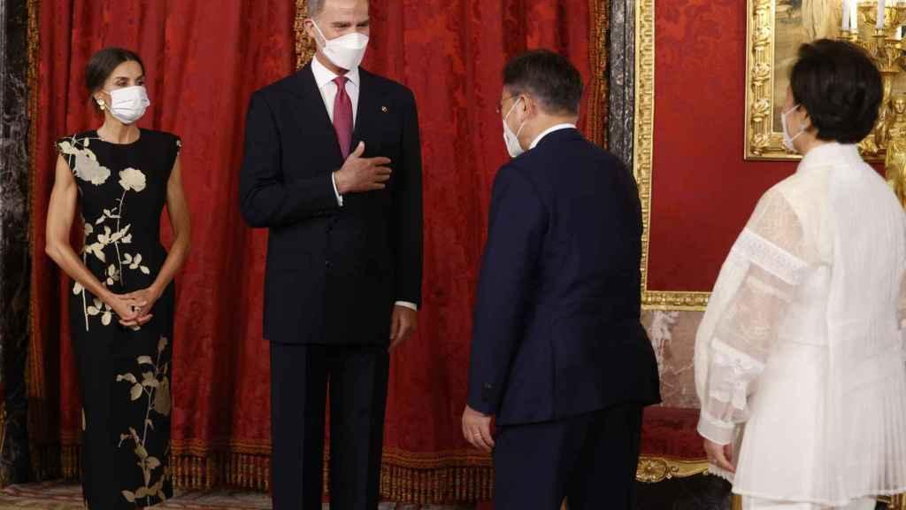 Los reyes de España saludando al presidente de Corea del Sur, Moon Jae-in, y su esposa Kim Jung-sook a su llegada a palacio.
