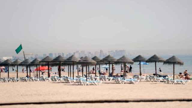 Playa de la Patacona, en Valencia, con varios turistas.