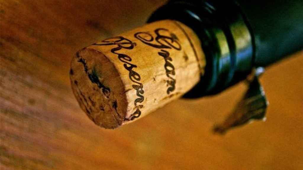 El corcho natural ayuda a envejecer los vinos.