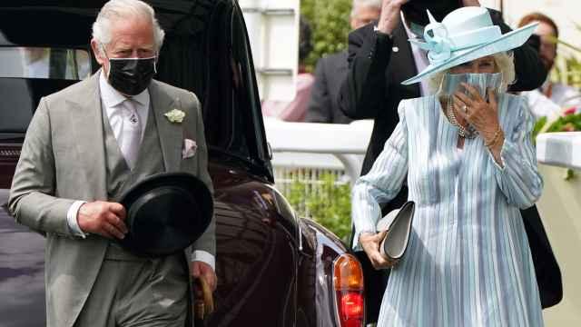 El príncipe Carlos, Camilla y otros miembros de la Familia Real derrochan 'glamour' en el regreso de Ascot
