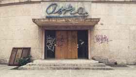 Entrada de los antiguos cines Astra, en cuyo sótano se ha registrado el hallazgo.