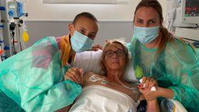 Virginia Torrecilla, junto a su madre en el hospital