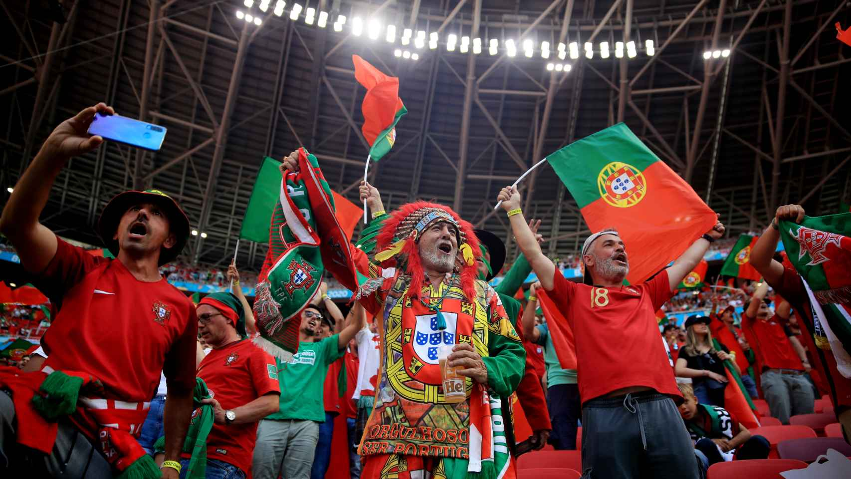 Los aficionados portugueses en el Puskas Arena
