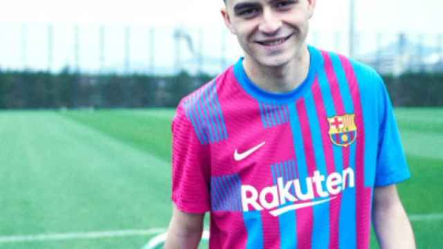 Pedri posa con la nueva equipación del FC Barcelona