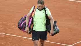 Rafa Nadal, abandonando la pista tras caer en Roland Garros