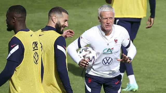Benzema y Deschamps, durante un entrenamiento de la selección de Francia