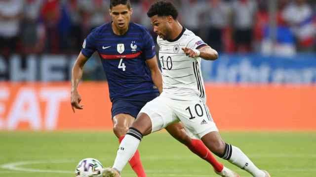 Raphaël Varane presiona a Serge Gnabry