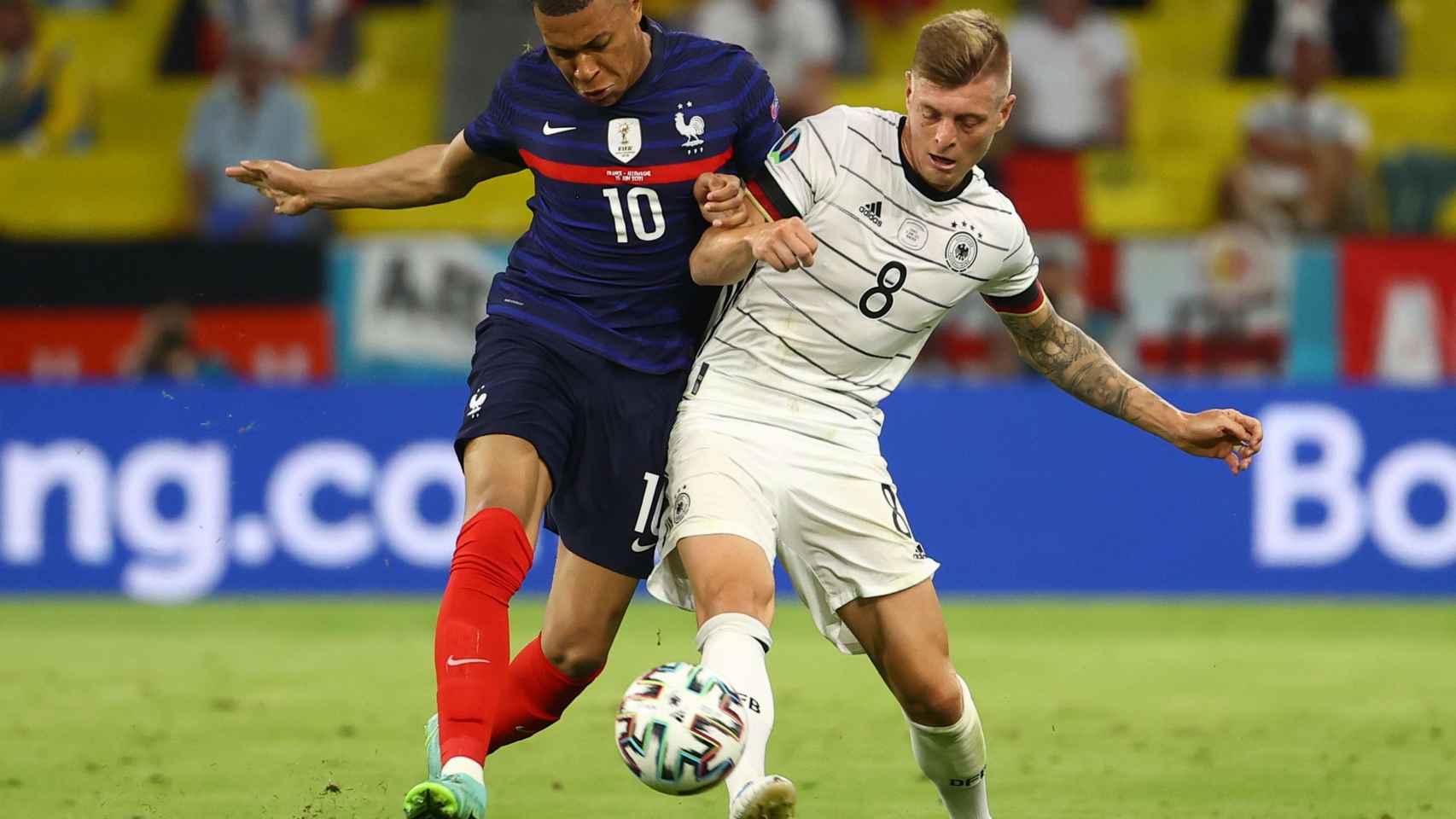 Mbappé y Kroos luchan por la posesión