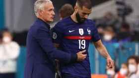 Didier Deschamps junto a Karim Benzema tras el cambio del delantero