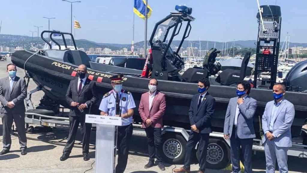 Miquel Buch, ex conseller de Interior, presenta una embarcación de la Policía Marítima de los Mossos.