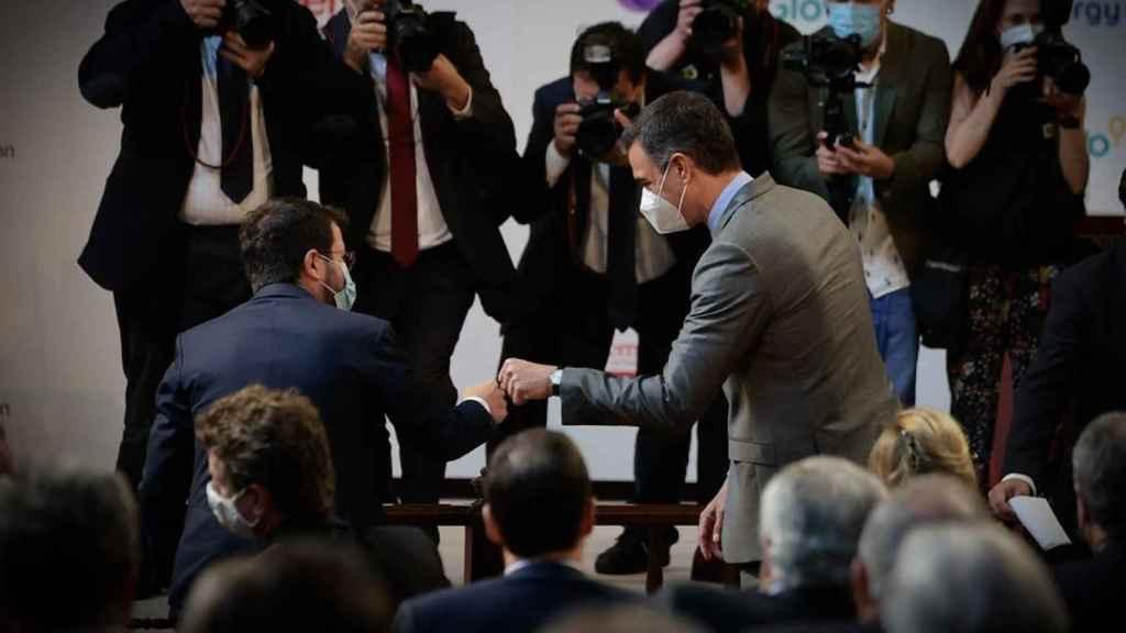 Los presidentes de la Generalitat y del Gobierno, Pere Aragonès y Pedro Sánchez, se saludan en el acto de Foment del Treball.