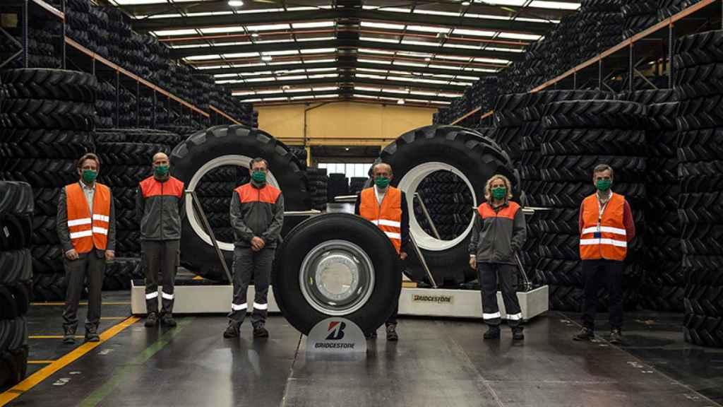 Una visita del consejero de Industria, López Marcano, a las instalaciones de Bridgestone. FOTO: José Cavia / Gobierno de Cantabria)
