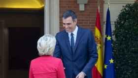 El presidente del Gobierno, Pedro Sánchez, saluda a la presidenta de la CE, Ursula von der Leyen en su visita a Madrid en 2019.