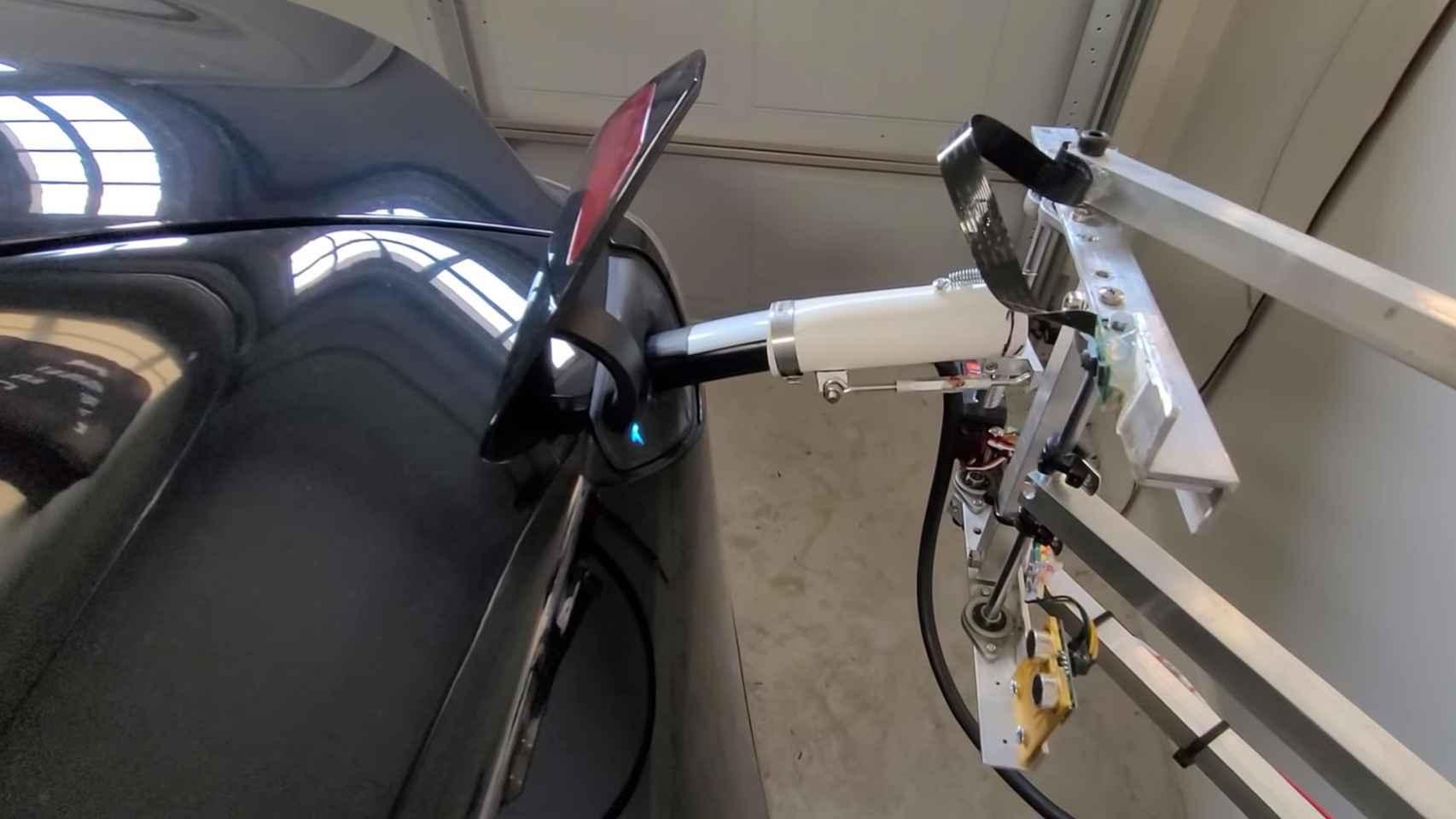 Robot cargando el Tesla de Pat Larson.