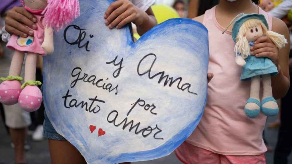 Un mensaje en la marcha de Santa Cruz de Tenerife tras el asesinato de las niñas Olivia y Anna.