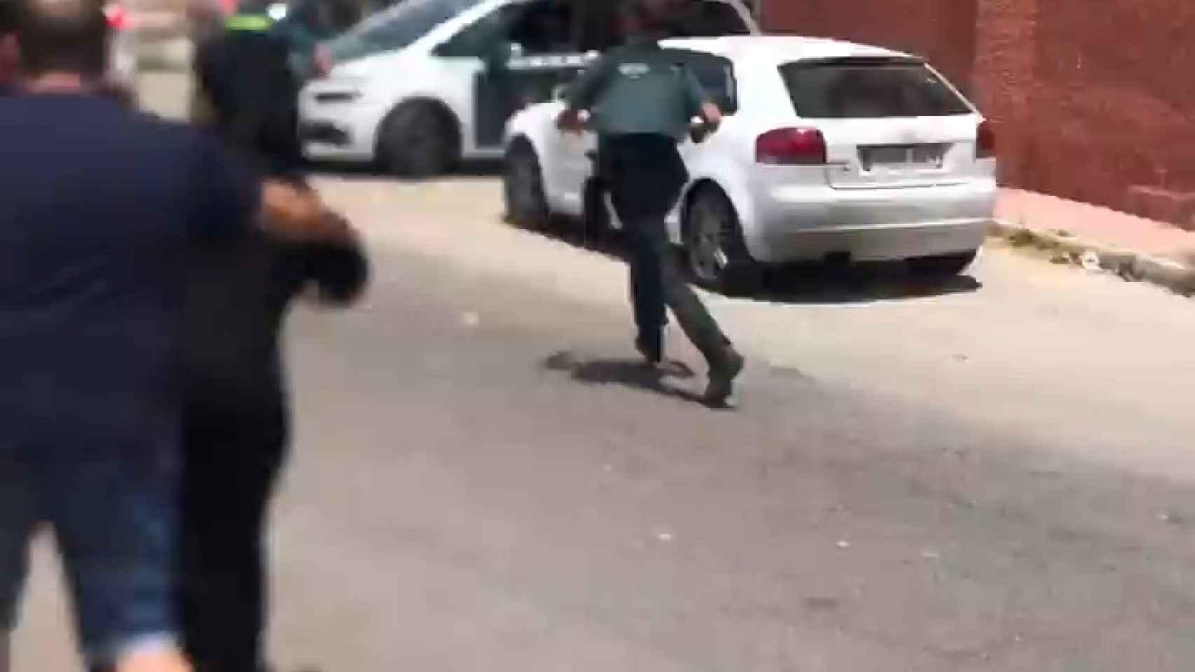 Una turba de vecinos trata de agredir a Carlos durante el registro a su piso en Mazarrón donde le incautaron varias armas.