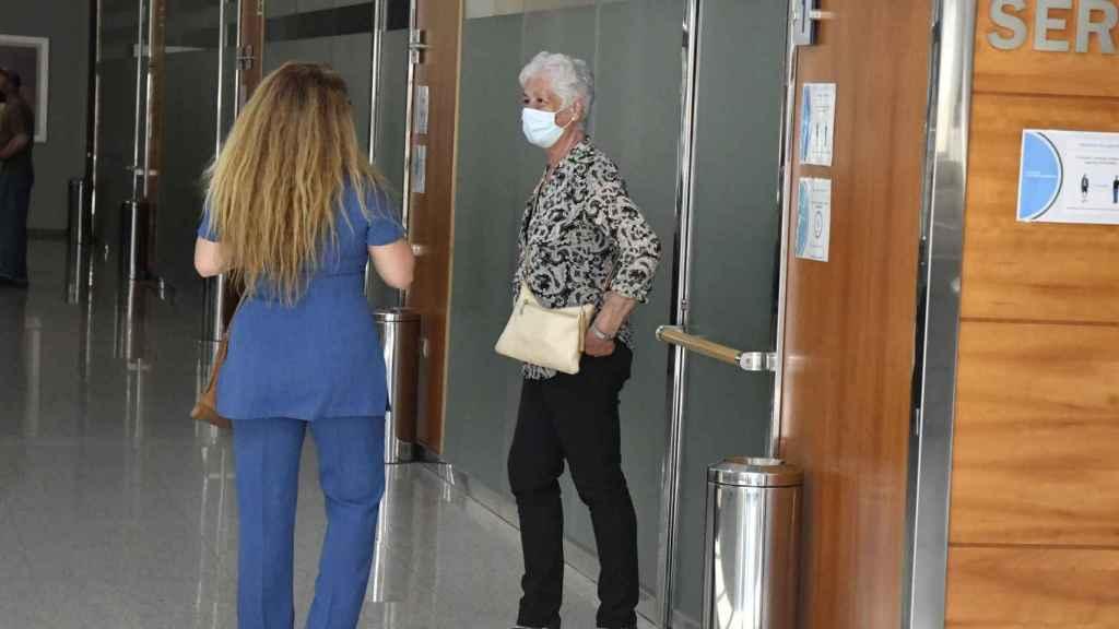 Teresa Rivera en el tanatorio de Cádiz despidiendo a su marido.