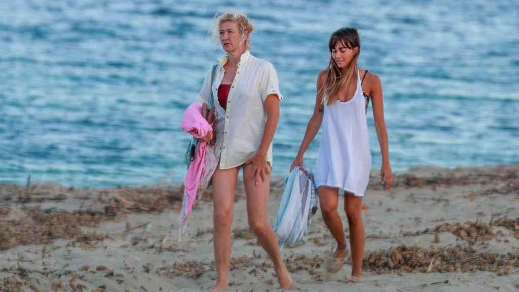 La cantante junto a Ana Duato en la playa de Ibiza, en 2020.