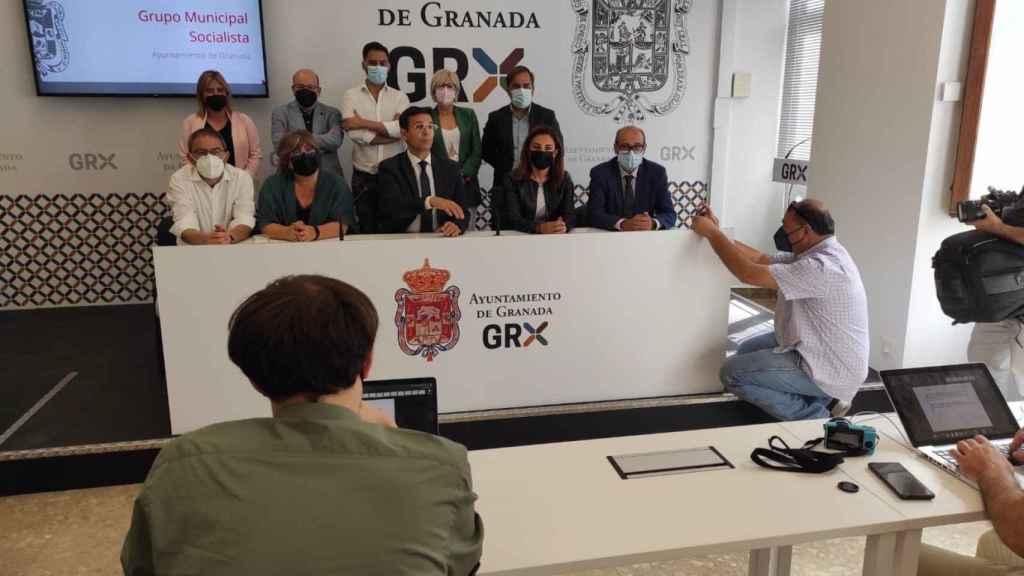 Francisco Cuenca en rueda de prensa, con los ediles del grupo socialista.