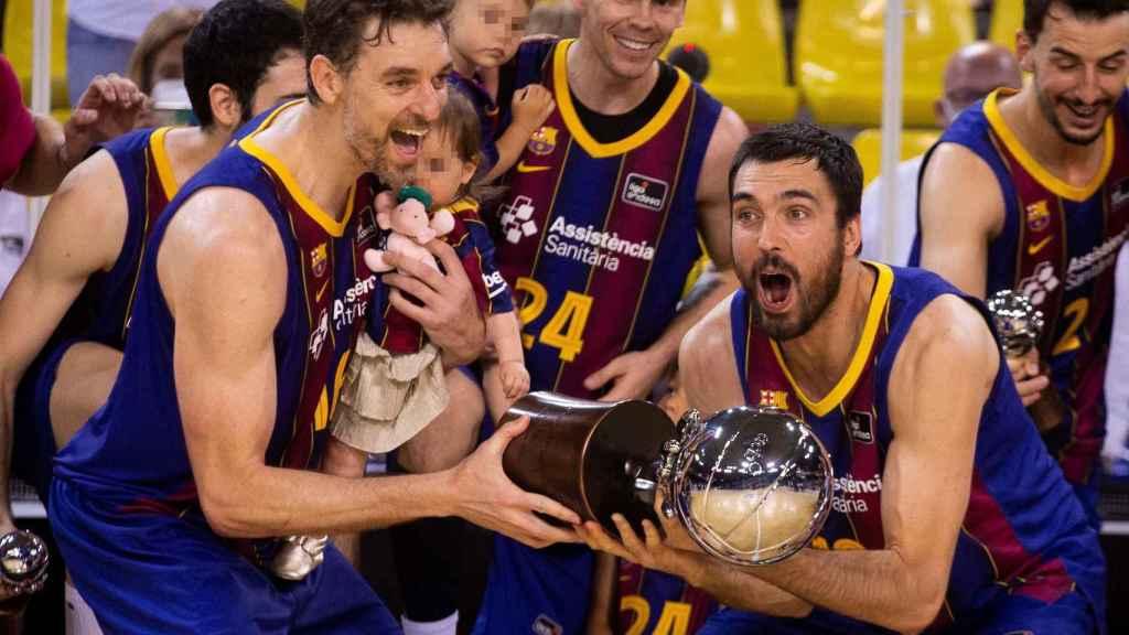 Pau Gasol y Pierre Oriola levantando el título de Liga