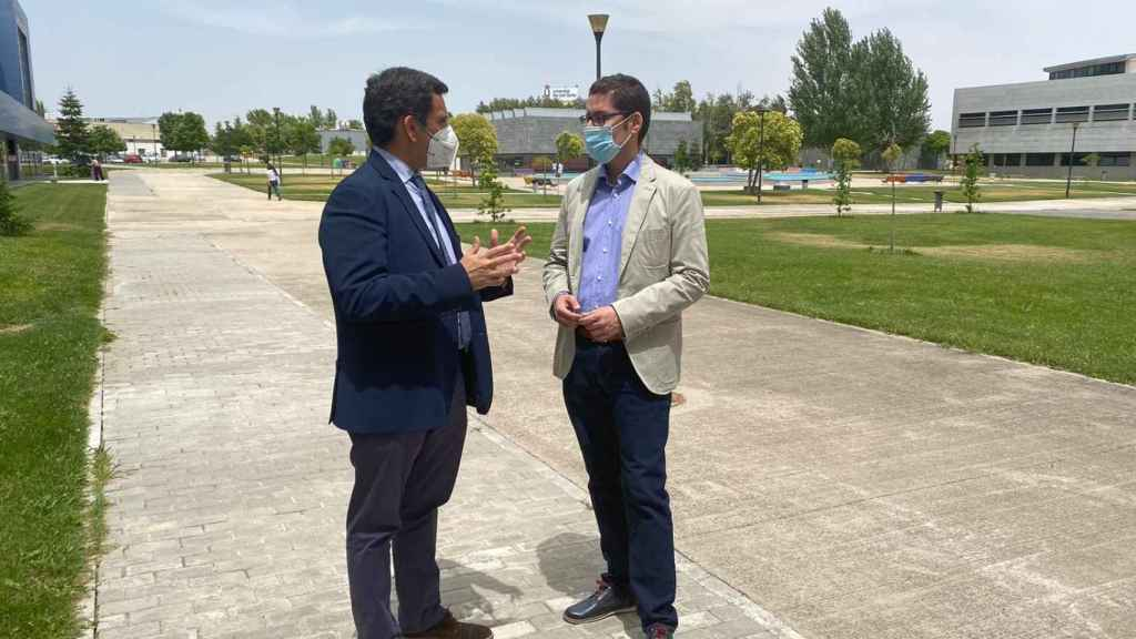 El consejero de Fomento de Murcia, José Manuel Díez de Revenga, con el profesor Roberto Villa de la Universidad Rey Juan Carlos de Madrid.