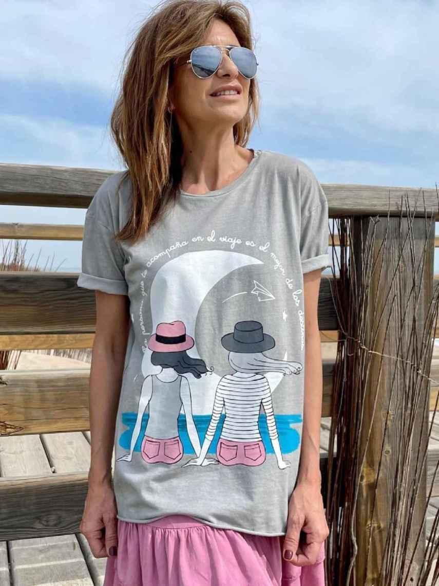 Gema López con la camiseta que ella misma ha diseñado.
