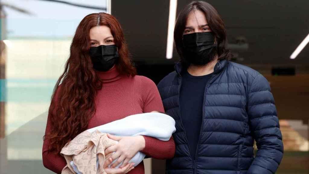 Joaquín Cortés y Mónica Moreno a las puertas del hospital.