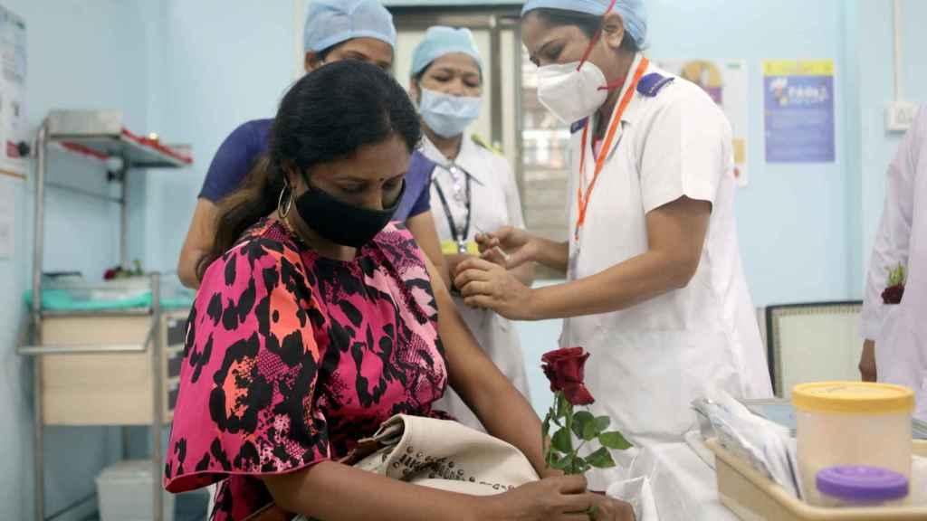 Una mujer recibe la vacuna contra la Covid en Bombay.