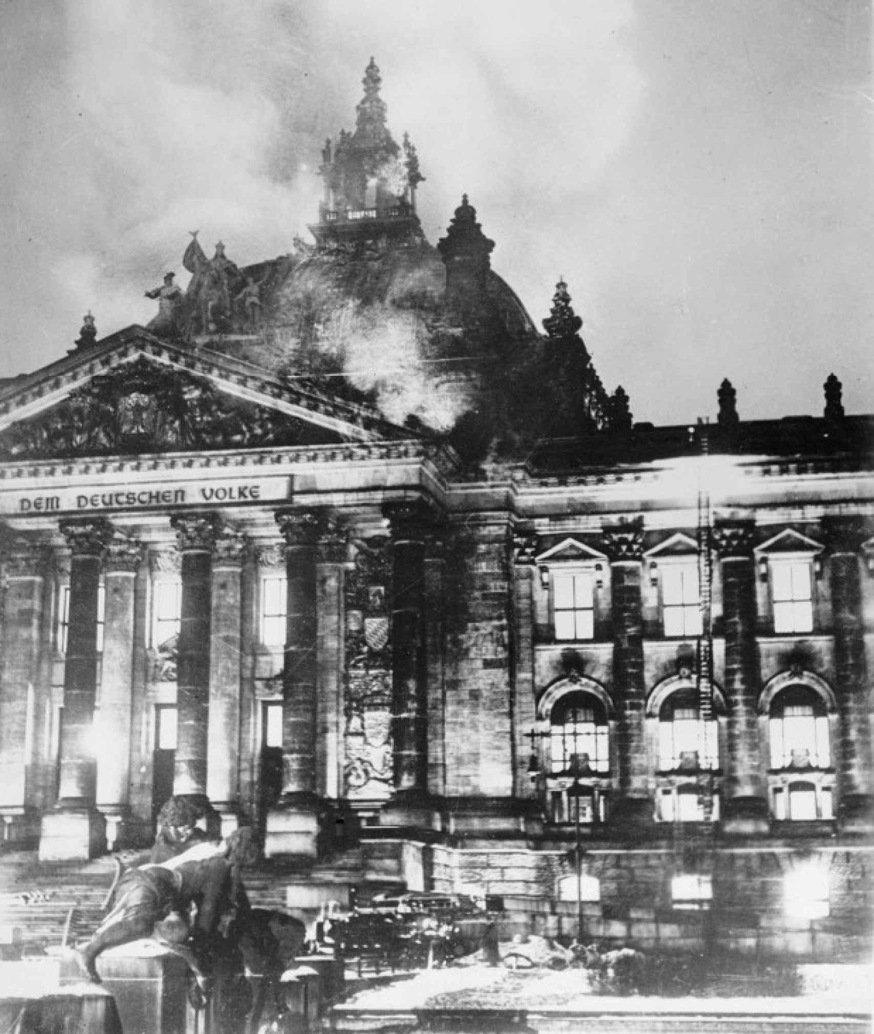 El Reichstag, en Berlín, durante el incendio que asoló el edificio.