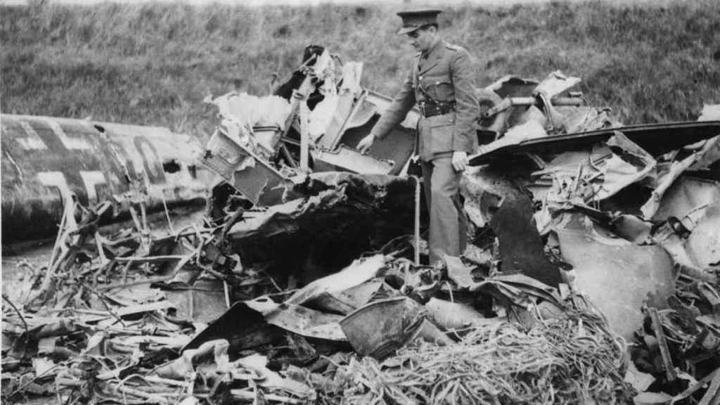 Un oficial británico inspecciona el Messerchmitt Bf 110 en el que Rudolf Hess voló a Escocia el 10 de mayo de 1941.