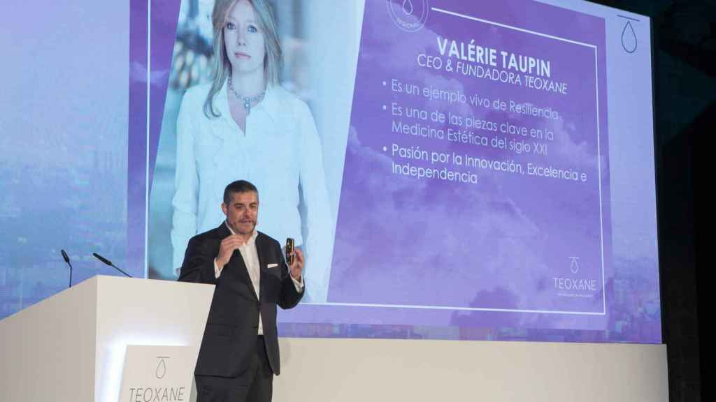 David Fernández, consejero delegado (CEO)de Teoxane Ibérica, en un acto con la imagen de Valerie Taupin