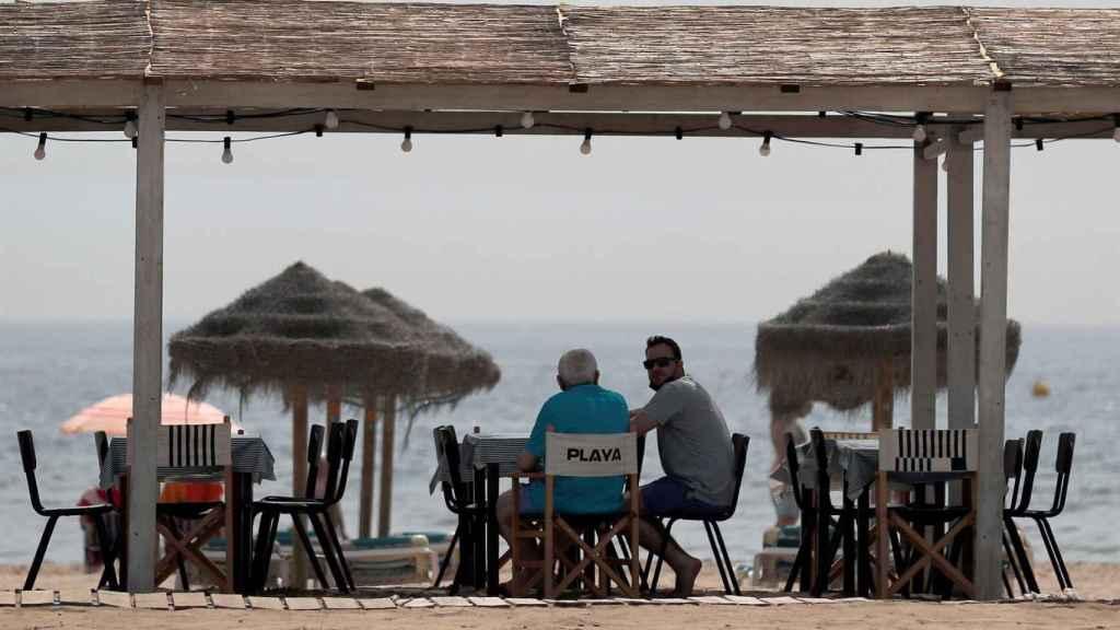 Varias personas en la playa de la Patacona, en Valencia.