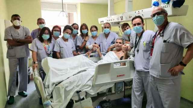 El equipo sanitario del hospital General de Alicante despide de la UCI al último paciente covid.