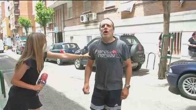Un vecino se encaró con el cámara y la reportera del programa '120 minutos'.
