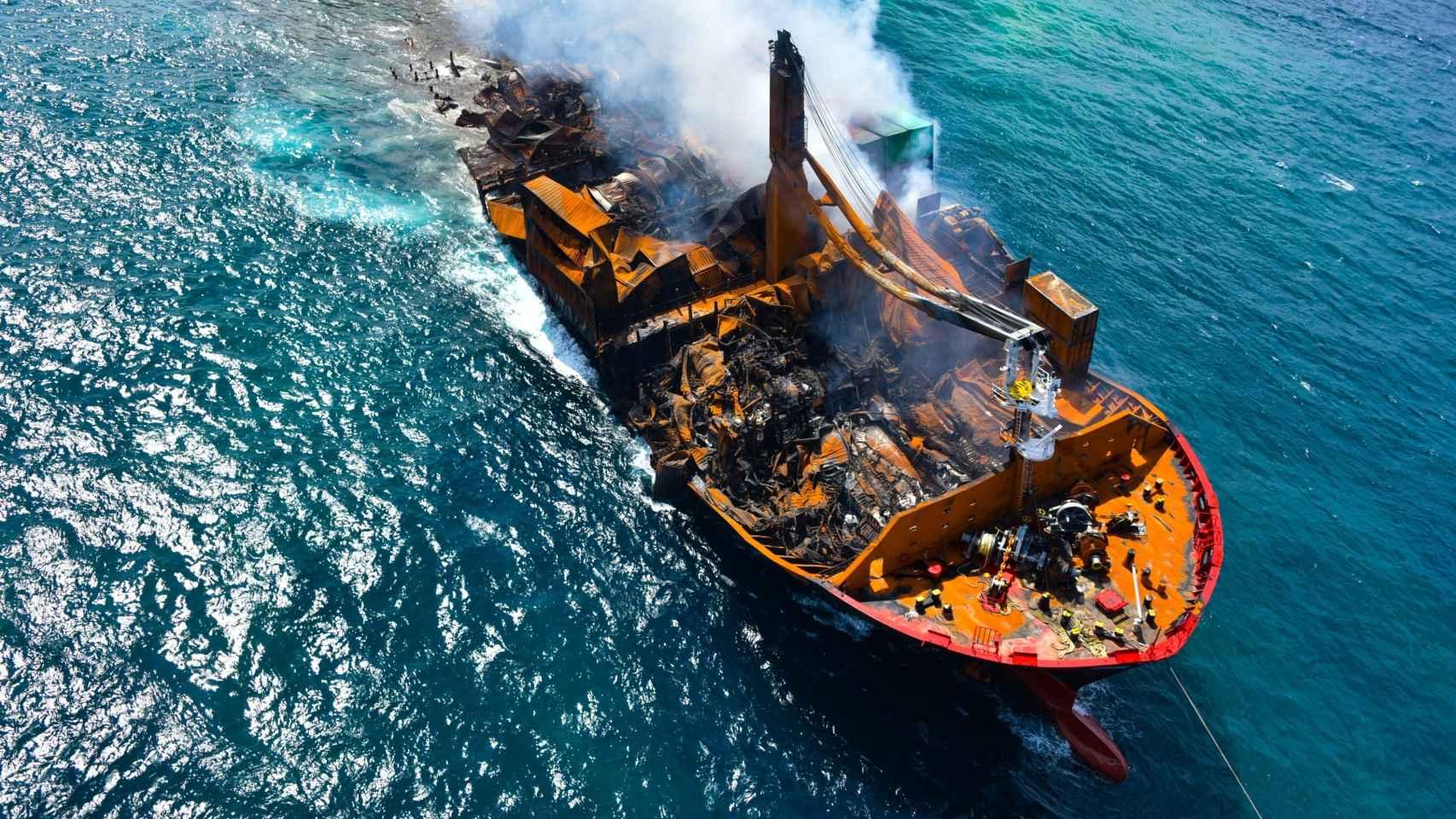 Un buque de carga con 1.500 contenedores de sustancias peligrosas se hunde frente a las costas de Sri Lanka.